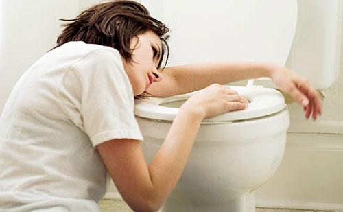 Giúp người bệnh nôn, ói, mửa càng sớm càng tốt vì để chất độc không thể ngấm vào sâu bên trong cơ thể bệnh nhân