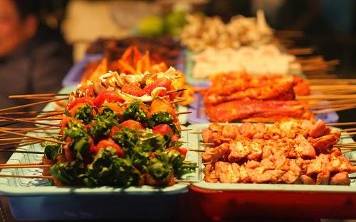 Thực đơn của quán phong phú, có thể chọn lựa từ bò, mực, tôm, bạch tuộc, heo, gà, răng mực...