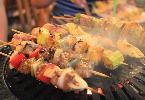 Thực đơn của quán, bạn sẽ nhận ra rất nhiều món nướng quen thuộc như: tôm, canh gà, thịt heo, thịt bò, mực, bạch tuộc, chim cút...