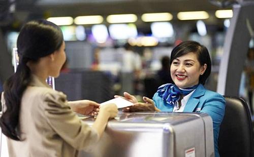 Ở khu departure, bạn tìm đến các quầy của hãng hàng không mà bạn đi, thường có hai hoặc nhiều quầy. Nếu đã đến giờ check-in, các quầy sẽ có nhân viên phục vụ